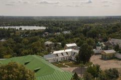 Chernigov, Ukraine 15. August 2017 Kleine Gebäude und Straßen Ansicht vom Spitzenhoch Stockfoto