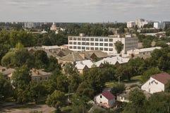 Chernigov, Ukraine 15. August 2017 Kleine Gebäude und Straßen Ansicht vom Spitzenhoch Lizenzfreies Stockfoto