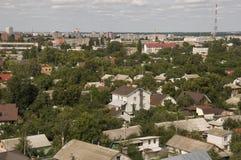 Chernigov, Ukraine 15. August 2017 Kleine Gebäude und Straßen Ansicht vom Spitzenhoch Lizenzfreie Stockfotos