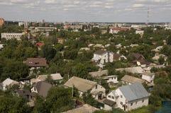 Chernigov, Ukraine 15. August 2017 Kleine Gebäude und Straßen Ansicht vom Spitzenhoch Stockbild