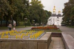 Chernigov, Ukraine 15. September 2017 Christliche orthodoxe weiße Kirche mit grauen Hauben und Goldkreuzen Park mit Blumen ruhe Lizenzfreies Stockbild