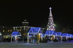 Chernihiv, de Oekraïne - December 21, 2018: Nieuwjaarboom in het stadscentrum royalty-vrije stock foto