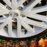 Chernihiv, Ucrania - 10 de noviembre de 2018: Rueda de coche de las P.M. de Mazda 6 encendido foto de archivo