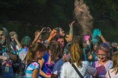 Chernihiv, Ukraina 15-09-2018 Festiwal kolory Holi Nastolatkowie rzucający wokoło tonerów obraz stock