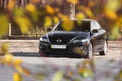 Chernihiv, Ukraine - 10. November 2018: Schwarzes Mazda 6 WARTUNGSTAFELN in stockfotos