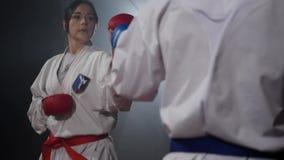 19 09 2017 - Chernivtsi, Ουκρανία Το karate κορίτσι με την κόκκινη ζώνη και αγόρι με τη μαύρη πάλη ζωνών φιλμ μικρού μήκους
