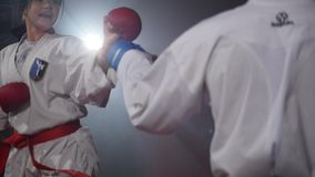 19 09 2017 - Chernivtsi, Ουκρανία Το karate κορίτσι με την κόκκινη ζώνη και αγόρι με τη μαύρη πάλη ζωνών απόθεμα βίντεο
