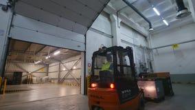 16 10 2018 - Chernivtsi, Ουκρανία Forklift εργασίας φόρτωσης φορτηγό ηλεκτρικό forklift φορτηγό Forklift εργασίας φόρτωσης φορτηγ φιλμ μικρού μήκους