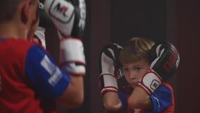 19 09 2017 - Chernivtsi, Ουκρανία Karate παιδιών ανταγωνισμός Παλεψτε μια μονομαχία των εφήβων Τα παιδιά προστατεύονται και απεργ απόθεμα βίντεο