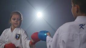 19 09 2017 - Chernivtsi, Ουκρανία Karate - τα πολύ ισχυρά παιδιά στο χαλί εκπαιδεύουν το τζούντο τεχνικής φιλμ μικρού μήκους