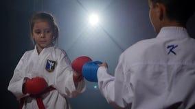19 09 2017 - Chernivtsi, Ουκρανία Karate - τα πολύ ισχυρά παιδιά στο χαλί εκπαιδεύουν το τζούντο τεχνικής απόθεμα βίντεο