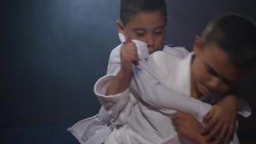 19 09 2017 - Chernivtsi, Ουκρανία Karate - τα πολύ ισχυρά παιδιά στο χαλί εκπαιδεύουν το τζούντο τεχνικής κίνηση αργή απόθεμα βίντεο