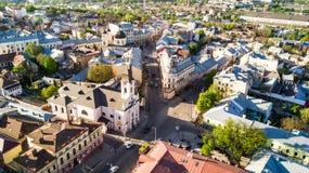 CHERNIVTSI, de OEKRAÏNE - April, 2018: Poolse Kerk in Chernivtsi-stad van boven de Westelijke Oekraïne Zonnige dag van de stad royalty-vrije stock afbeelding