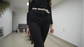 26 12 2017 Chernivtsi, de Oekraïne - de Groep jonge meisjestreinen vervuilt in klaslokaal in modelschool stock footage