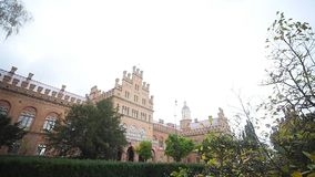 Chernivtsi Nationale Universiteit, Woonplaats van Bukovinian en Dalmatische Metropolitans, Chernivtsi, de Oekraïne stock videobeelden