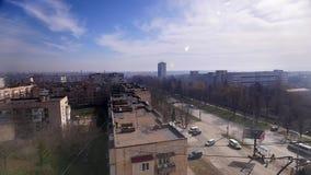 2018 04 06 - Chernivtsi, Ucrânia Muitos carros na rua movimentada da cidade, dia ensolarado, lapso de tempo filme
