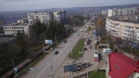 2018 04 06 - Chernivtsi, Ucrânia Muitos carros na rua movimentada da cidade, dia ensolarado, lapso de tempo video estoque