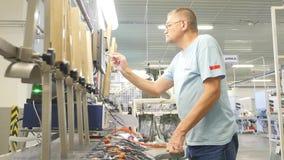 16 10 2018 - Chernivtsi, Ucrânia Povos que trabalham em uma fábrica para a produção de cabos para carros video estoque