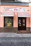 CHERNIVTSI, UCRANIA - agosto de 2017: La central vieja de la ciudad de Chernovtsy, edificios hermosos en la calle en un europeo Fotografía de archivo libre de regalías