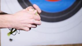 17 10 2017 - Chernivtsi, Ucrania Archer se prepara para tirar la flecha en la blanco almacen de metraje de vídeo