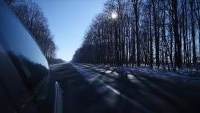 21 01 2018, Chernivtsi, Ucrania - conducción del coche en camino helado Camino peligroso Paisaje del invierno metrajes