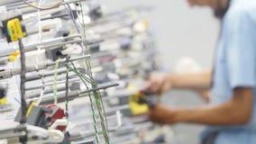 16 10 2018 - Chernivtsi, Ucrania Da el empleado que fabrica el cableado para el coche almacen de metraje de vídeo