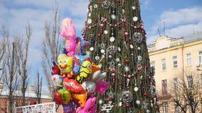 CHERNIVTSI, UCRANIA - 24 DE DICIEMBRE DE 2016: Árbol de navidad adornado con los juguetes en el centro de ciudad en cuadrado de l almacen de video