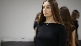 26 12 2017 Chernivtsi, Ucrania - el grupo de trenes de las chicas jóvenes profana en sala de clase en la escuela modelo almacen de metraje de vídeo