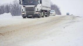 23 03 2018 Chernivtsi, Ucrania - los coches montan por el camino entre árboles helados en bosque en el día de invierno Fotografía de archivo libre de regalías