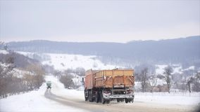 23 03 2018 Chernivtsi, Ucrania - los coches montan por el camino entre árboles helados en bosque en el día de invierno Foto de archivo libre de regalías