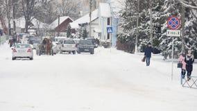 23 03 2018 Chernivtsi, Ucrania - los coches montan por el camino entre árboles helados en bosque en el día de invierno Imágenes de archivo libres de regalías