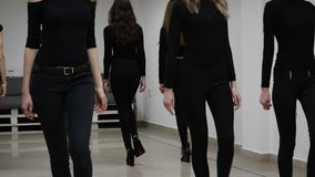 26 12 2017 Chernivtsi, Ucrania - los modelos jovenes tienen repetición en clase de baile antes de desfile de moda almacen de video