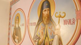 30 01 2018, Chernivtsi, Ucrania - murales en las paredes del en iglesia almacen de video