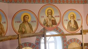 30 01 2018, Chernivtsi, Ucrania - murales en las paredes del en iglesia metrajes