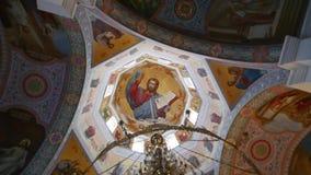 30 01 2018, Chernivtsi, Ucrania - toma panorámica del techo de la catedral ortodoxa metrajes