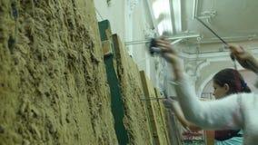 17 10 2017 - Chernivtsi, Ucrania Una mujer joven saca la flecha de la blanco almacen de metraje de vídeo
