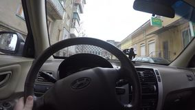 2018 03 28 - Chernivtsi, Ukaine ο οδηγός οδηγά τα αυτοκίνητα Ο νεαρός άνδρας πίσω από τη ρόδα POV απόθεμα βίντεο