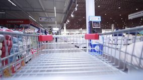 2018 03 28 - Chernivtsi, Ukaine homem novo em um supermercado que faz a compra Lapso de tempo video estoque