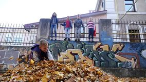 Chernivtsi Ukraina - 12 10 2017: Gruppen av lyckliga barn som utomhus spelar i vår, parkerar stock video