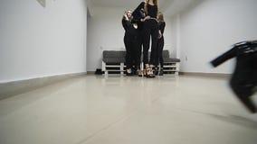 26 12 2017 Chernivtsi, Ukraina - gruppen av ung flickadrev befläcker i klassrum i modellskola lager videofilmer
