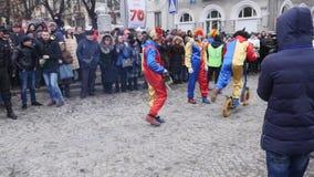 CHERNIVTSI UKRAINA - JANUARI 15, 2018: Malanka festival i Chernivtsi Den Folk festligheter på gatorna klädde folk in