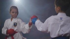 19 09 2017 - Chernivtsi, Ukraina Karate - Bardzo silni dzieci na macie trenują technika dżudo zdjęcie wideo