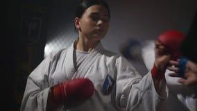 19 09 2017 - Chernivtsi, Ukraina Karate dziewczyna z czerwieni chłopiec z czarnego paska bojem i paskiem zdjęcie wideo
