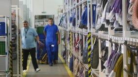 16 10 2018 - Chernivtsi, Ukraina Ludzie pracuje w magazynie samochodowa fabryka Elektryczni wirings, kable i zbiory
