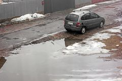 Chernivtsi Ukraina, Marzec, - 31, 2018: Deszczowy dzień Prywatnego samochodu Renault stojaki blisko dużej dziury zdjęcie stock