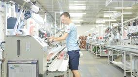 16 10 2018 - Chernivtsi, Ukraina Pracownicy przy łatwością dla produkci elektryczni kable w samochodowym przemysle zbiory