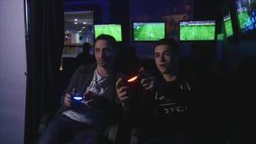 2017 12 14 Chernivtsi Ukraina - två mans att spela ps4 stock video