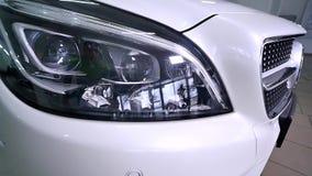 06 12 2017 Chernivtsi, Ukraina - vita Mercedes i selektiv fokus för salong lager videofilmer