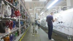 16 10 2018 - Chernivtsi, Ukraine Arbeitskräfte an einer Anlage für die Produktion von elektrischen Kabeln in der Automobilindustr stock video