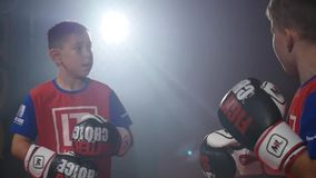 19 09 2017 - Chernivtsi, Ukraine Badine la concurrence de karaté Battez-vous en duel des adolescents Des enfants sont protégés et banque de vidéos